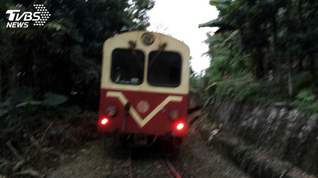 (圖/中央社資料照) 阿里山林鐵道班工搬枕木 天雨濕滑跌落4米深邊坡