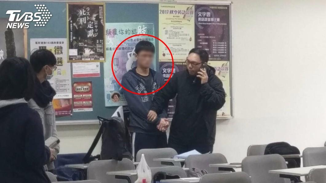 陳姓男大生犯案後遭到其他同學和趕來的老師壓制。(圖/TVBS)