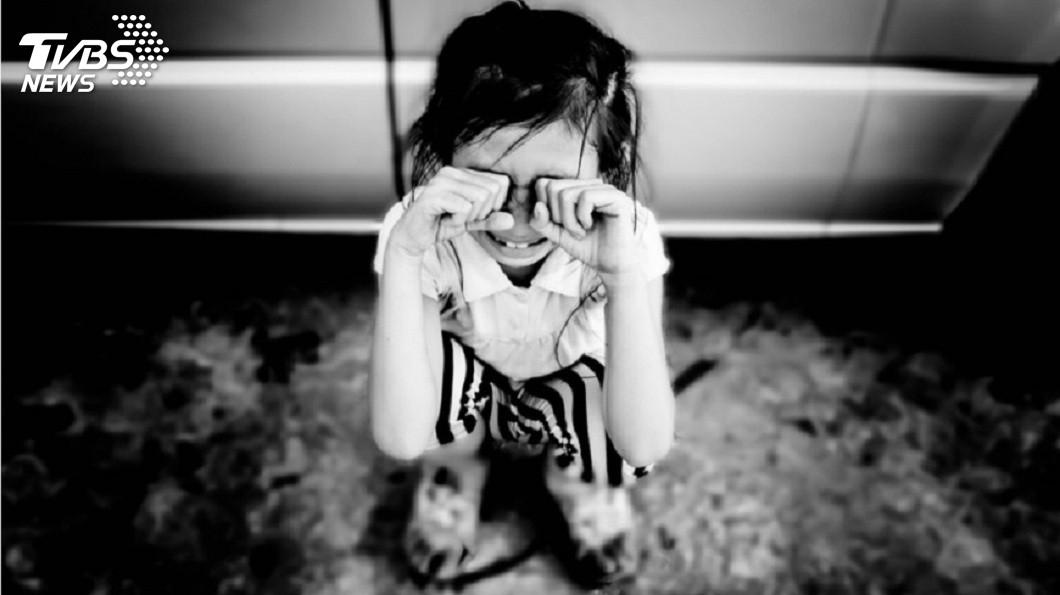 印度一名3歲女童遭惡狼性侵導致下體重傷,還被丟包在路邊。(示意圖/TVBS) 保全拿甜食誘惑…3歲女童遭性侵 重傷被丟包路邊