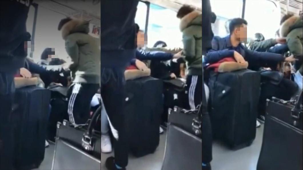 圖/翻攝自推特 癡漢露內褲「下體暴衝」櫻花妹 3男乘客同時出手一推