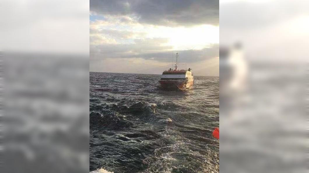 圖/翻攝自微博 東海驚見神秘「幽靈船」 設備豪華卻空無一人