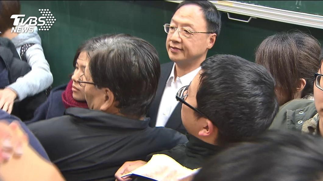 前行政院長江宜樺日前到台大演講時,遭到一群學生包圍抗議。(圖/TVBS)