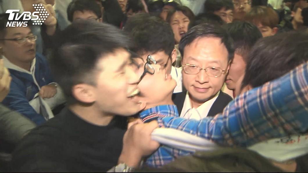現場狀況混亂推擠不斷,學生當場嗆江宜樺「院長下令、警察打人」。(圖/TVBS)