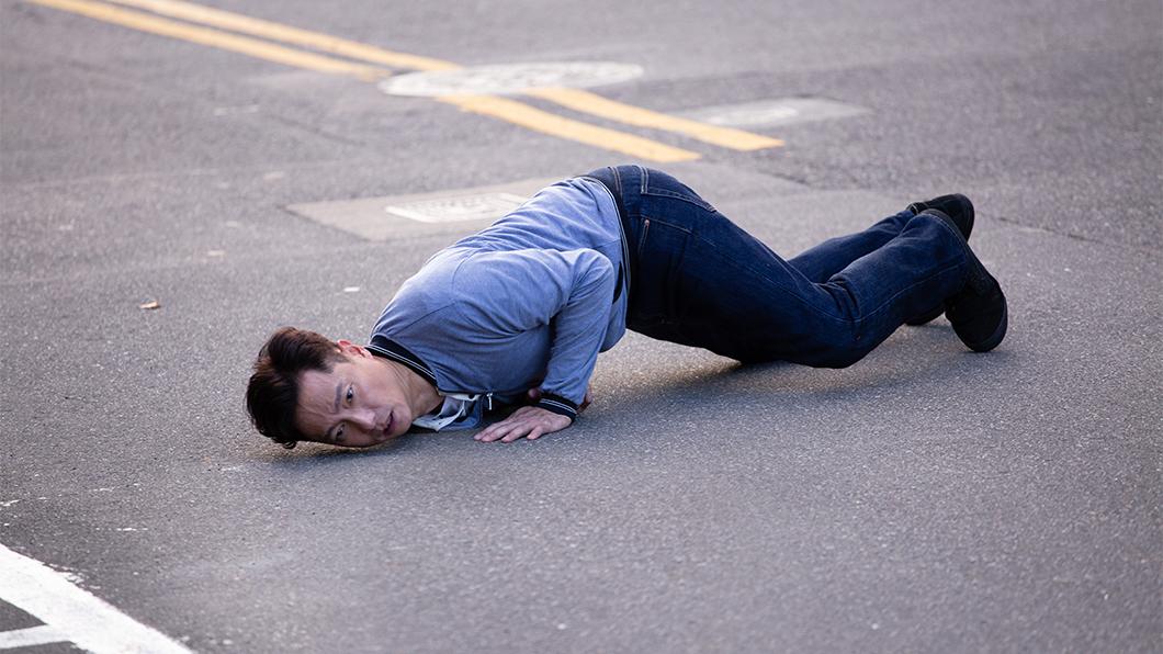 謝祖武在《初戀的情人》中為了追車,在柏油路上摔倒、翻滾好幾圈。圖/TVBS 謝祖武迷路進警局 柏油路追車狠摔滿身傷