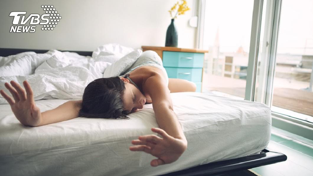專家指出,假日睡太多會打亂睡眠周期,反而有害健康。示意圖/TVBS 輪班「時差」會致癌!專家解析4個害你短命的睡眠習慣