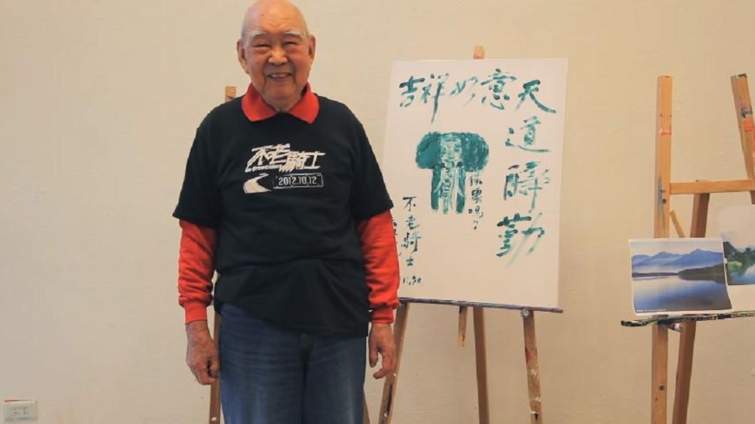 89歲「不老騎士」康建華一生勤儉行善。圖/翻攝自YouTube「Gograndriders」 自己穿爛鞋、錢都捐出去!「不老騎士」病逝 骨灰回家了