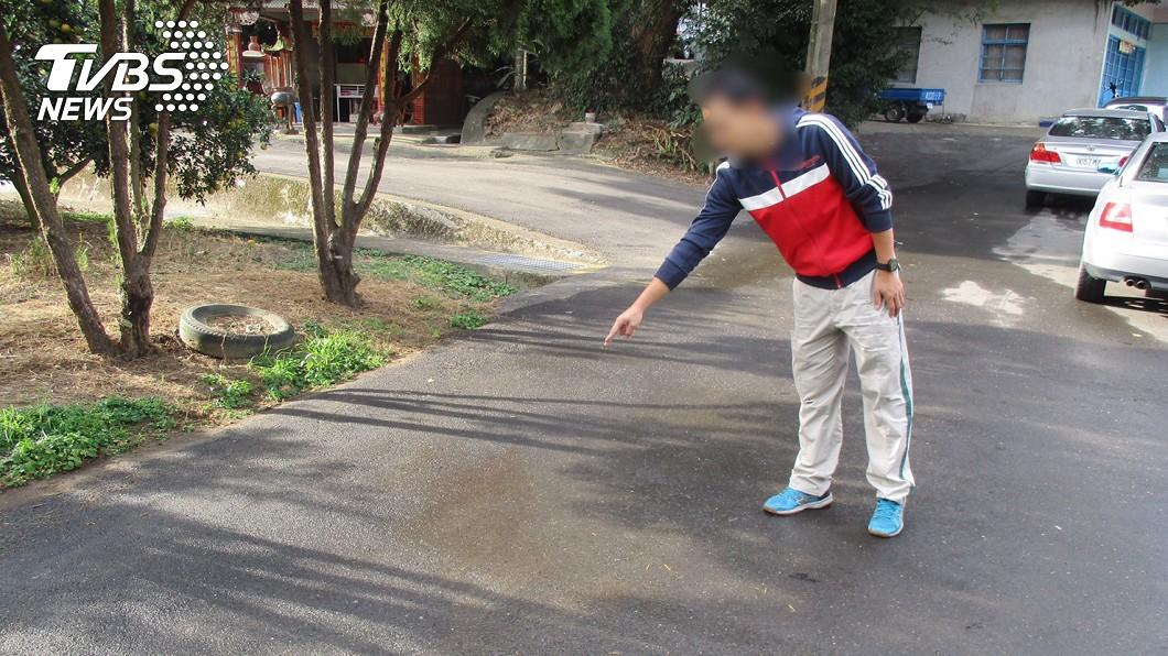 老翁的家屬表示,老翁在此處跌倒,茶壺碎片不小心刺中右頸動脈。圖/TVBS
