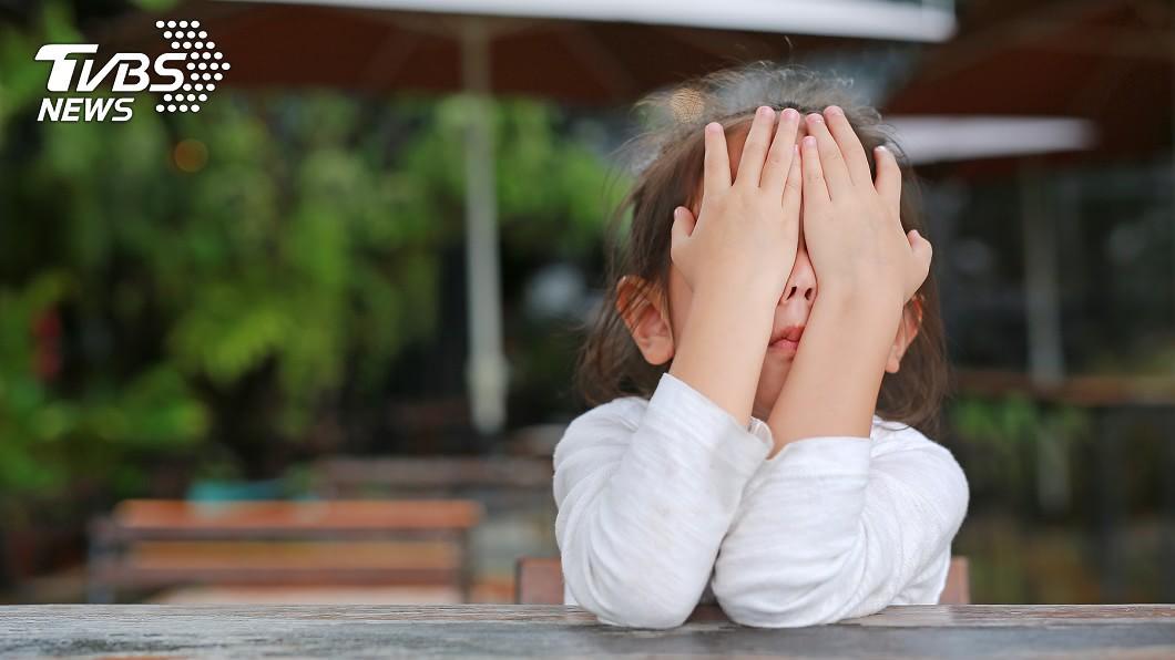 示意圖/shutterstock 玩狗後...女童眼癢又痛 醫生發現「牠」在裡面吸血!
