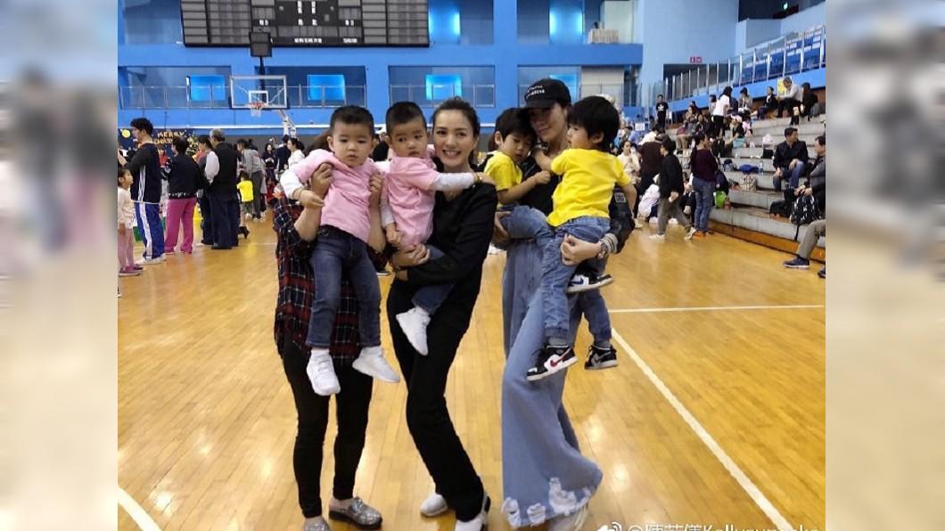 圖/截取自陳若儀微博 「媽媽力強大」! 林志穎妻一次抱起兩兒成亮點
