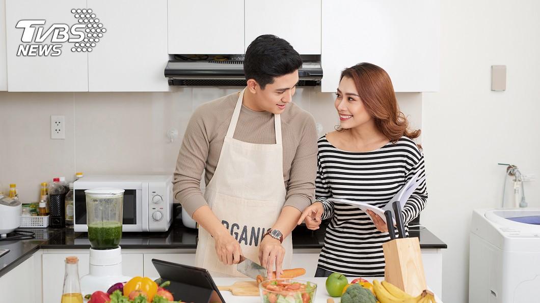 網友教導老公煎蔥油餅,未料對方手藝「異常高超」。示意圖/TVBS 丈夫的愛?她拜託老公煎蔥油餅 看到成品差點打人