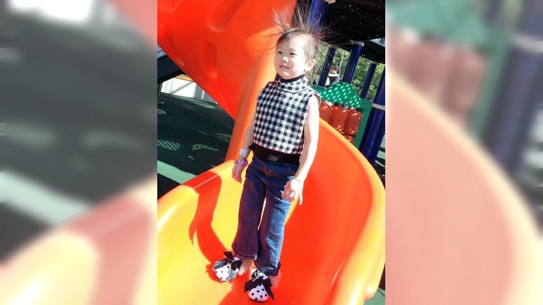 有女網友分享女兒玩完溜滑梯後,整個頭髮都站起來的樣子。(圖/翻攝自爆怨公社)