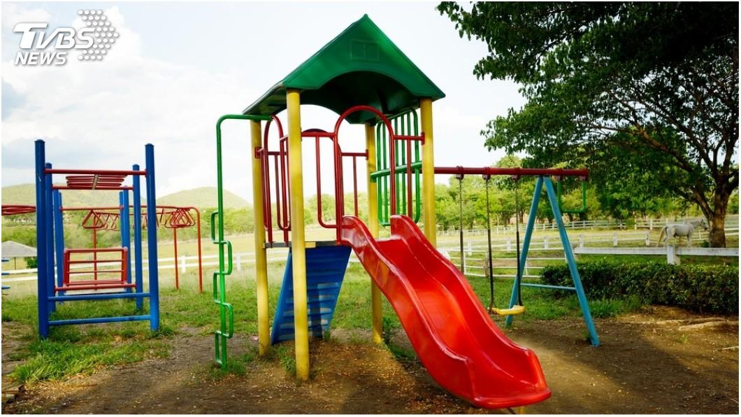 許多家長都有帶著孩子去玩溜滑梯的經驗。(圖/TVBS) 溜滑梯完變超級賽亞人 女臉超臭母笑翻:怎麼電成這樣?
