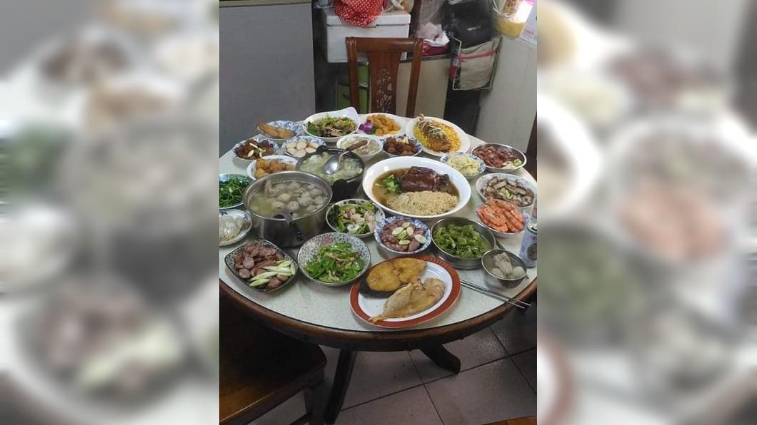 男網友還提到,友人一家三代同堂不會下廚,自己就順便做了幾道家常菜給他們吃。(圖/翻攝自爆廢公社)