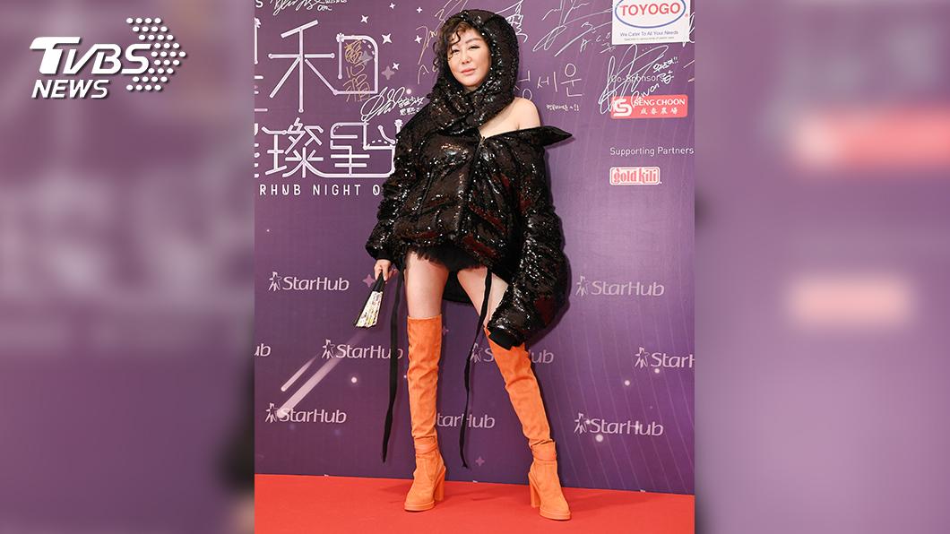 藍心湄穿著黑色羽絨衣走上紅毯。(圖/TVBS)