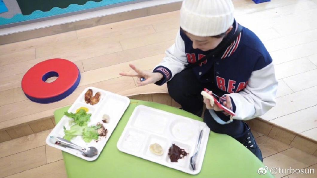 孫儷日前去參加兒子學校的活動。(圖/翻攝自微博)