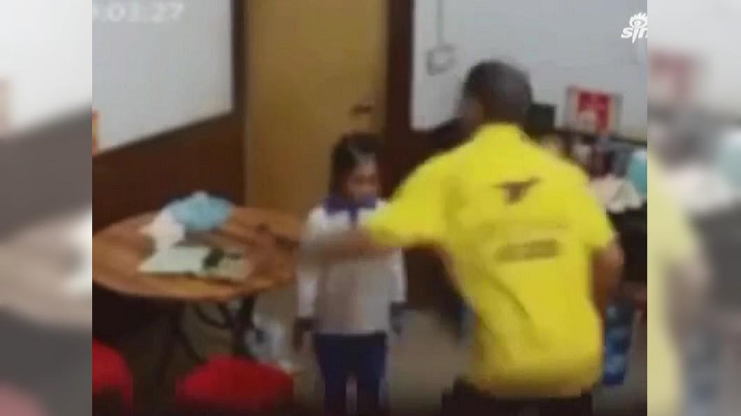 廣東一名女童慘遭父母親虐待家暴。(圖/翻攝自新浪微博) 女童被當人肉沙包 獲救竟是「監視器被鄰居偷窺」