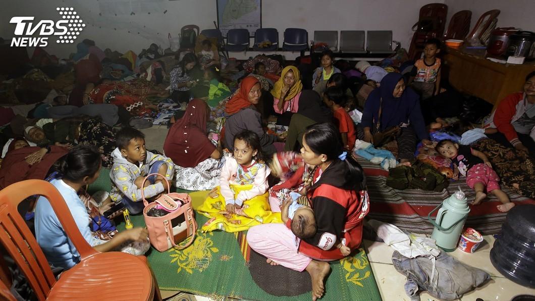圖/達志影像美聯社 印尼海嘯近400死… 災民擠爆避難所缺水缺藥