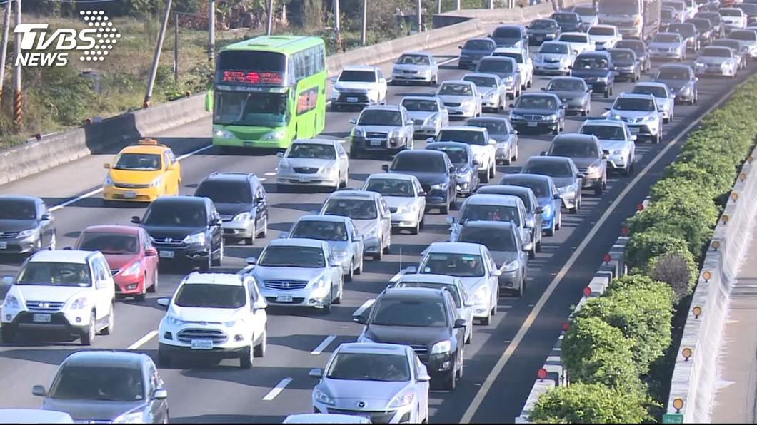 每到連續假期,不少重要道路都會出現塞車潮。(圖/TVBS) 還缺人嗎?連假返鄉怕塞車 老闆逼員工「中午提前下班」