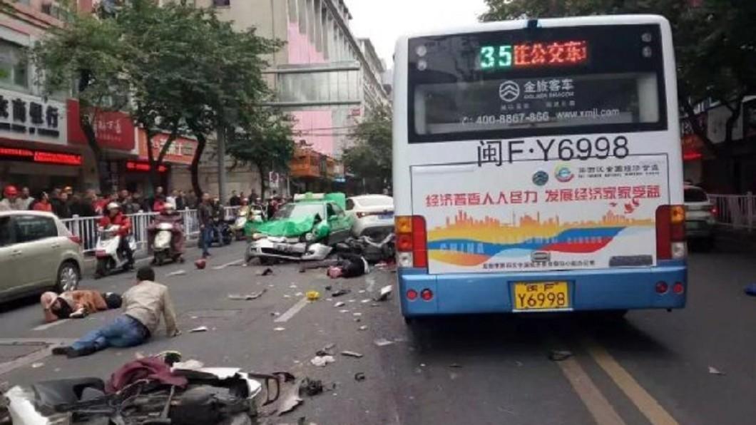 圖/翻攝大陸微博 無差別殺人!男割喉警劫公車撞死8人 刀還在滴血…