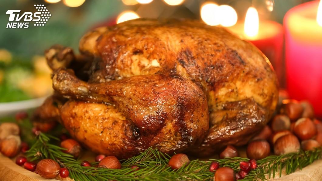 每次耶誕節到來,不少人會吃火雞大餐慶祝。(示意圖/TVBS) 母來電要他回家吃「火雞大餐」 兒崩潰地上大滾