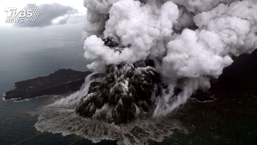 圖/達志影像路透社 火山灰籠罩天空 印尼:周圍所有航班改道