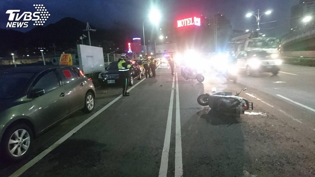 新北市關渡橋附近傍晚發生一起死亡車禍。(圖/TVBS) 下關渡橋車速疑過快 騎士自摔「腦漿外溢」亡