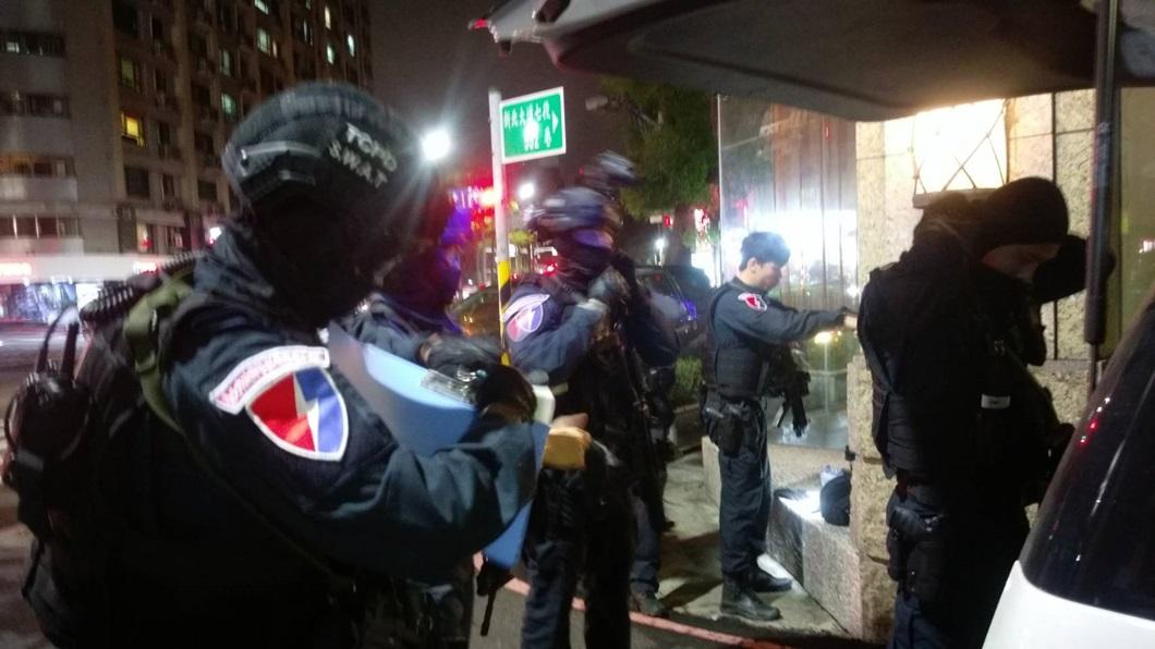 圖/TVBS 警跨區追捕匪徒 毒蟲亮槍對峙後逃逸