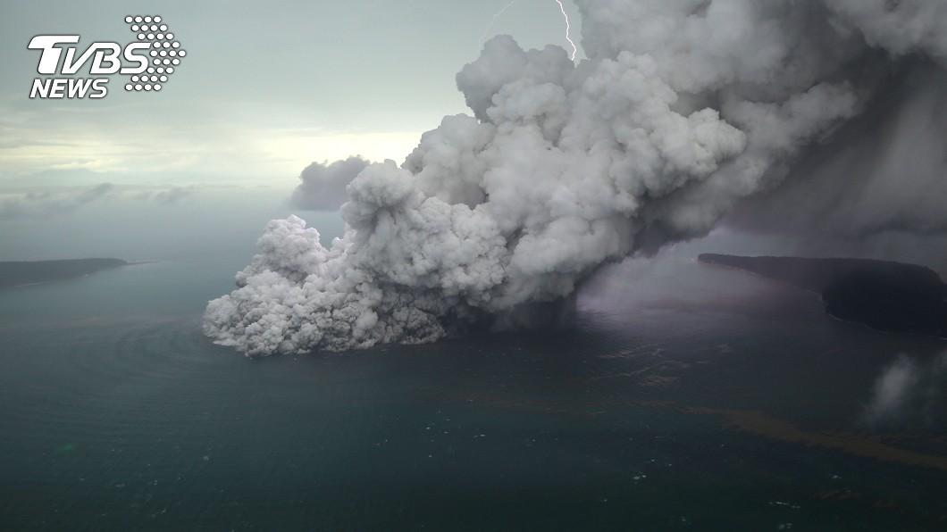 圖/達志影像路透社 警戒提升!印尼火山活動再加劇 海嘯那次只是「小爆」