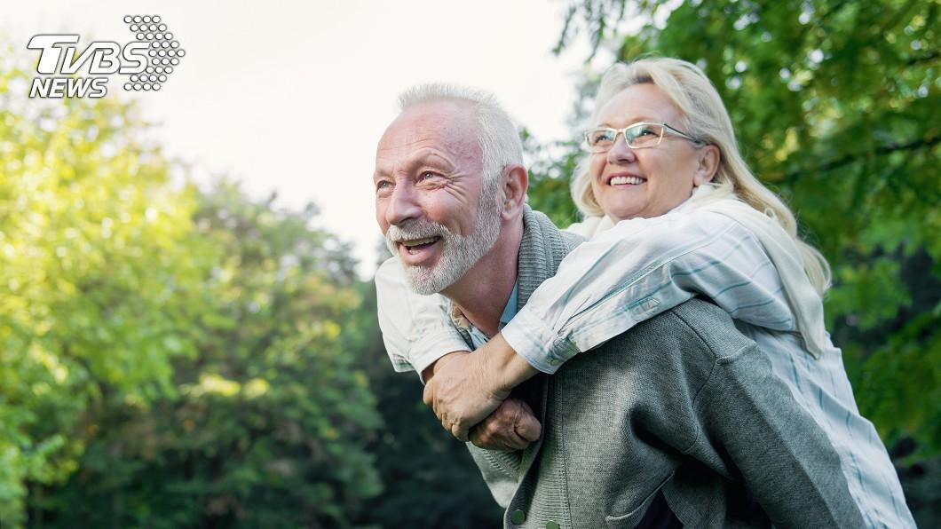現代醫學發達,人們普遍長壽。示意圖/TVBS 長壽的10大習慣!穿舒適的鞋很重要