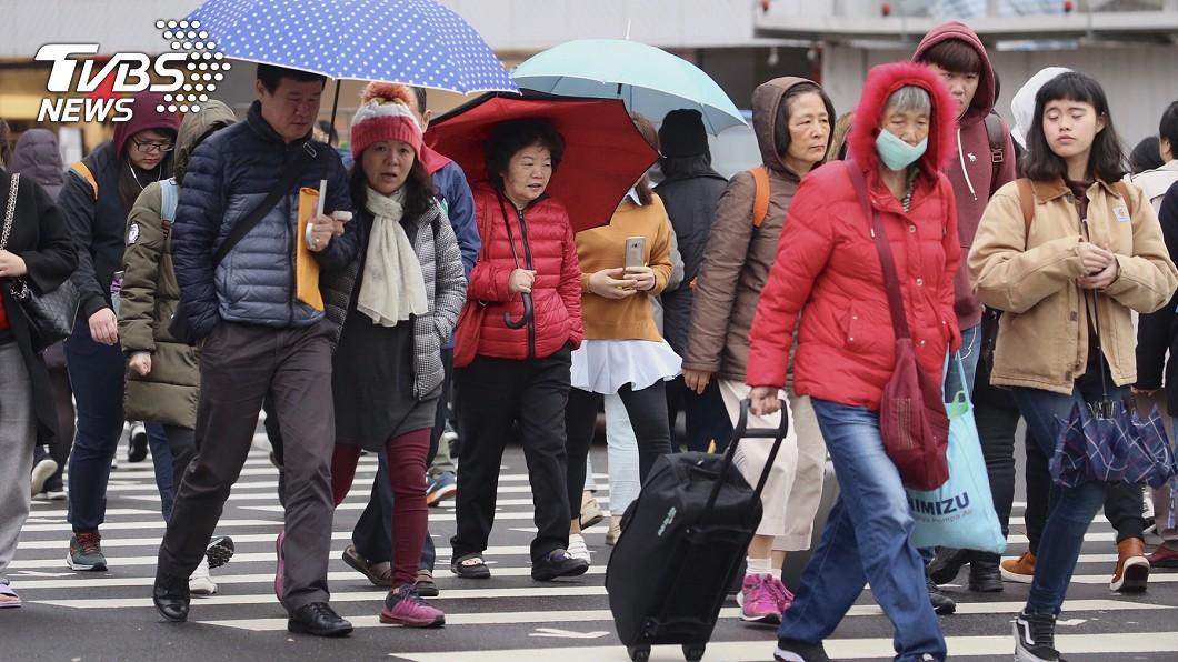 氣象局指出,明天(14日)仍受東北季風影響,但水氣會減少。圖/中央社 冬天還會再變冷? 5張圖分析「冷氣團報到」機率
