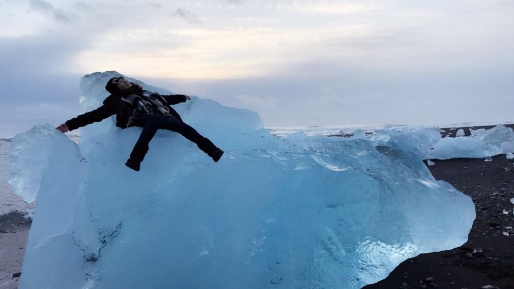 黑沙灘上的巨型冰塊。(圖片來源/作者提供)