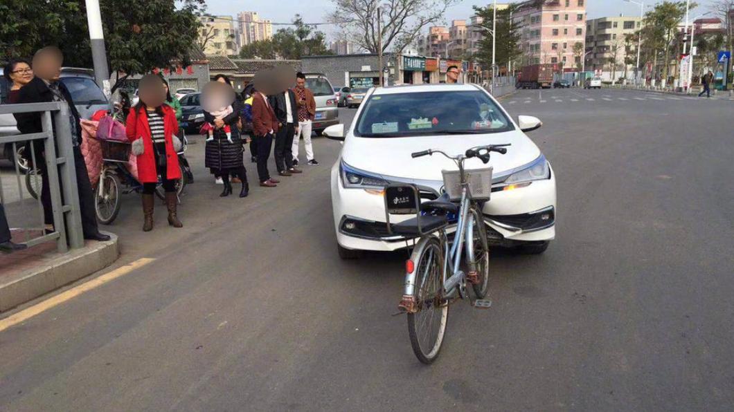 圖/翻攝自微博 絕無後製!跟腳踏車對撞「車頭爛」 網傻:汽車尊嚴呢?