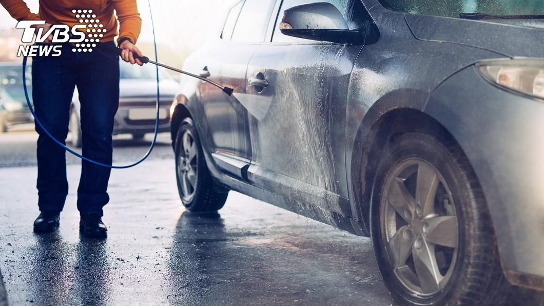 許多民眾都會特別將車開去洗車廠清潔,事實上,車內是藏有最多汙垢的地方。示意圖/TVBS 洗車洗對了嗎?車內「這4處」最髒