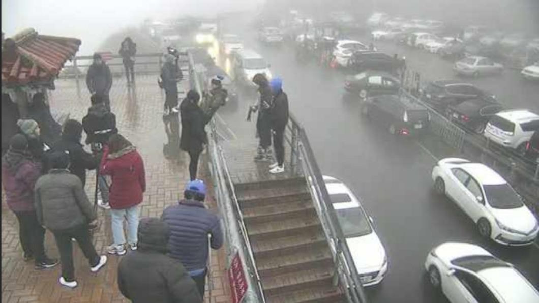 圖/翻攝自即時影像 「10年天氣最差」跨年夜 「追雪族」塞爆合歡山恐失望