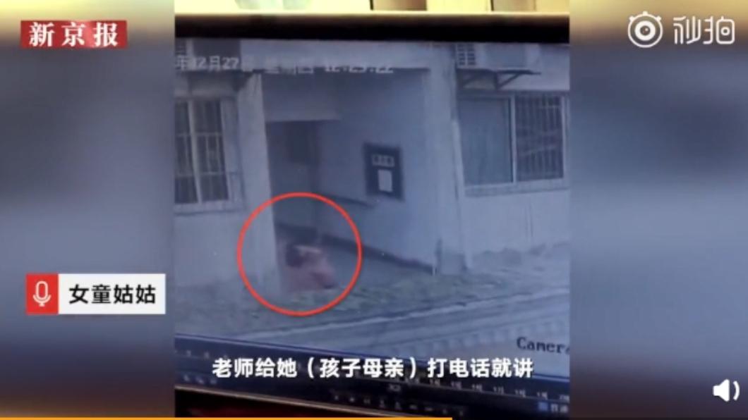 女童跳樓前被監視器拍下最後身影。圖/翻攝自微博