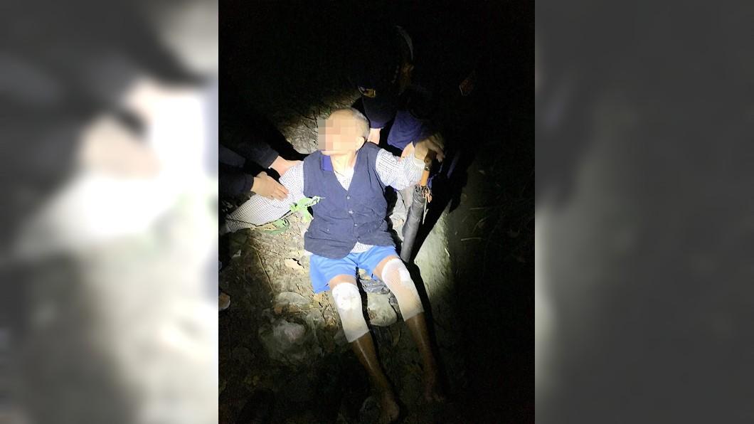 90歲沈姓老翁29日外出後失蹤,警方找到他時僅穿短褲及薄上衣。/警方提供 90歲翁寒夜中離奇迷路 「墓仔埔內很溫暖」救一命