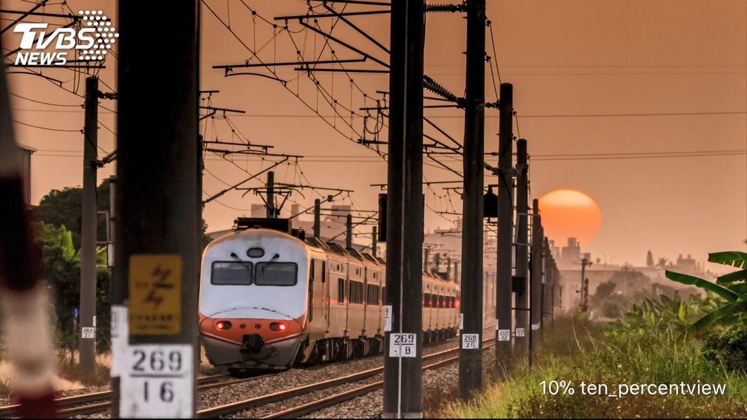 圖/TVBS 極美!火紅落日像要掉進鐵軌 大學生拍的