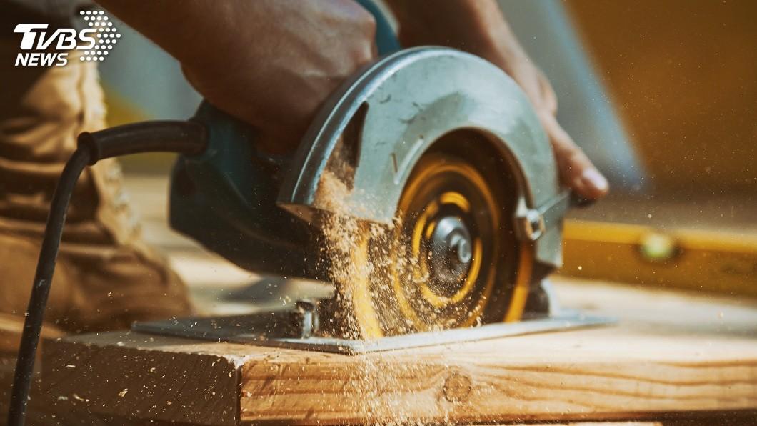 新北市一名不識字的木工師傅被設計公司積欠款項,官司纏訟4年,他癌症過世後2天法院判他勝訴。(示意圖/TVBS) 欺負木工師傅不識字…被賴帳500萬 癌逝2天才勝訴