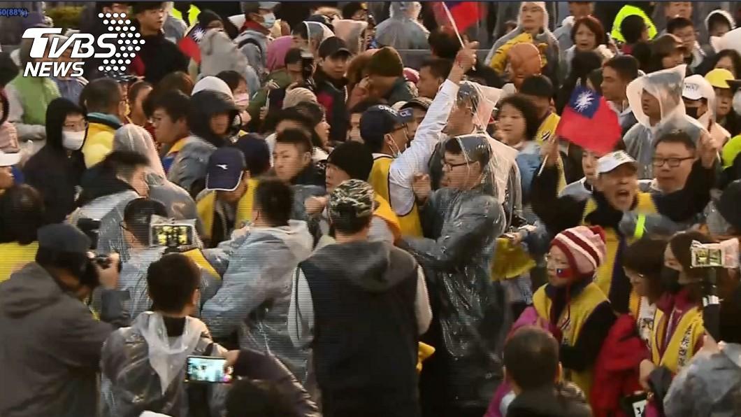 圖/TVBS 唱完國歌發動突襲 黃背心民眾府前抗議