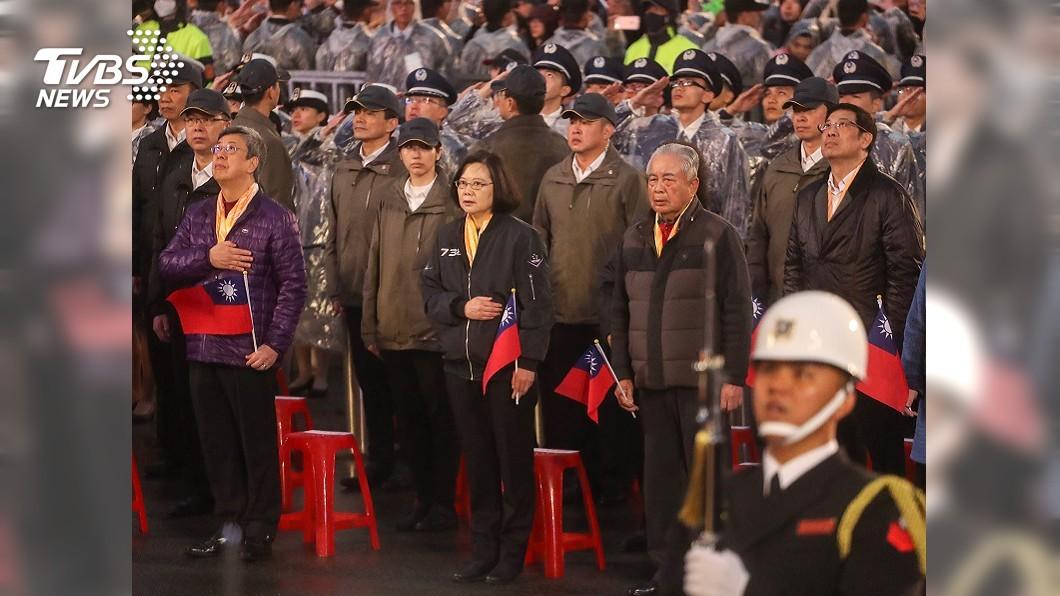 圖/中央社 蔡總統穿座機隊夾克出席元旦升旗 全程唱國歌