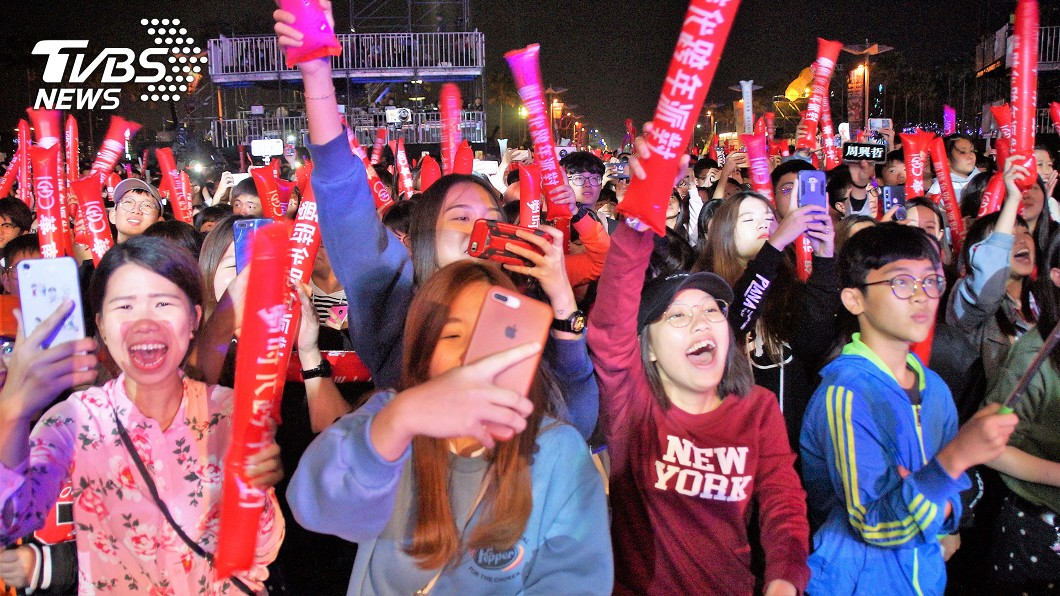 高雄夢時代跨年晚會,主辦單位宣稱昨(31日)晚吸引80萬人次共襄盛舉。圖/中央社