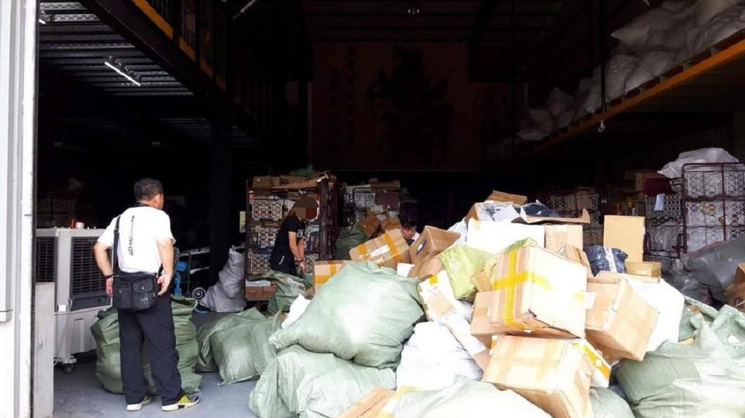 遭民眾退回的商品會集中在物流倉庫,以「盲包」的名義論斤賣給娃娃機業者。圖/臉書