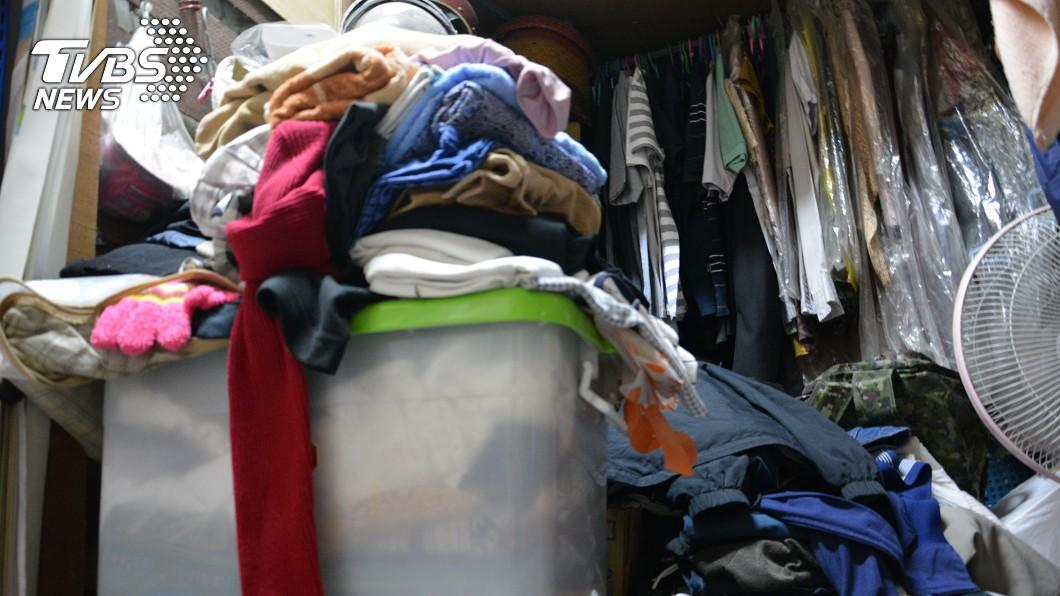 男子整理妻子遺物時,意外在衣櫃的衣物箱中發現嬰屍。示意圖/TVBS 愛妻病逝8天忍痛整理遺物 竟在衣物箱驚見「腐爛嬰屍」