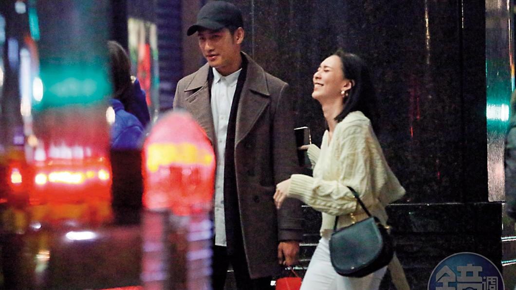 周孝安(圖左)上月25日被直擊帶前女友Doris走出KTV友人聚會。(圖/翻攝自《鏡週刊》)