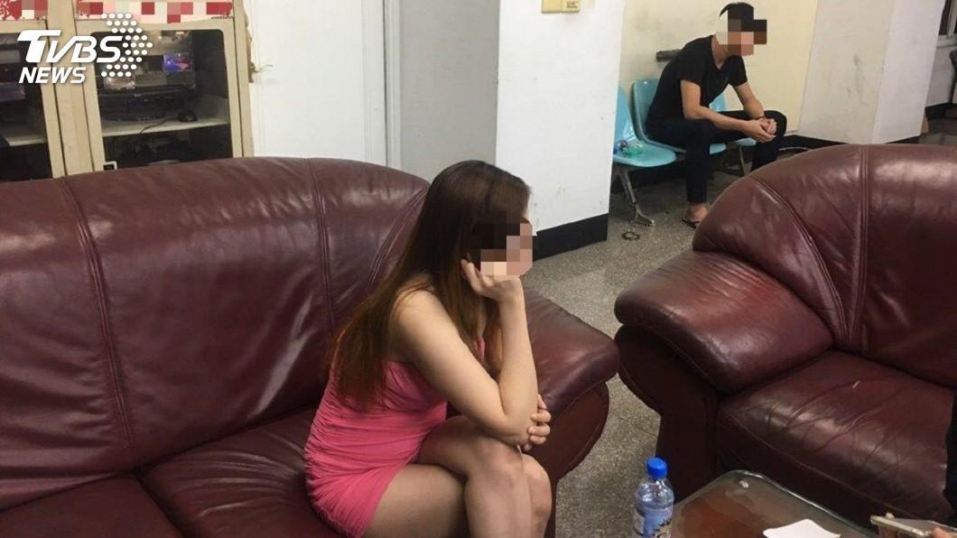 屏東警方日前逮捕一名越南籍的賣淫女子和馬伕。(圖/TVBS)