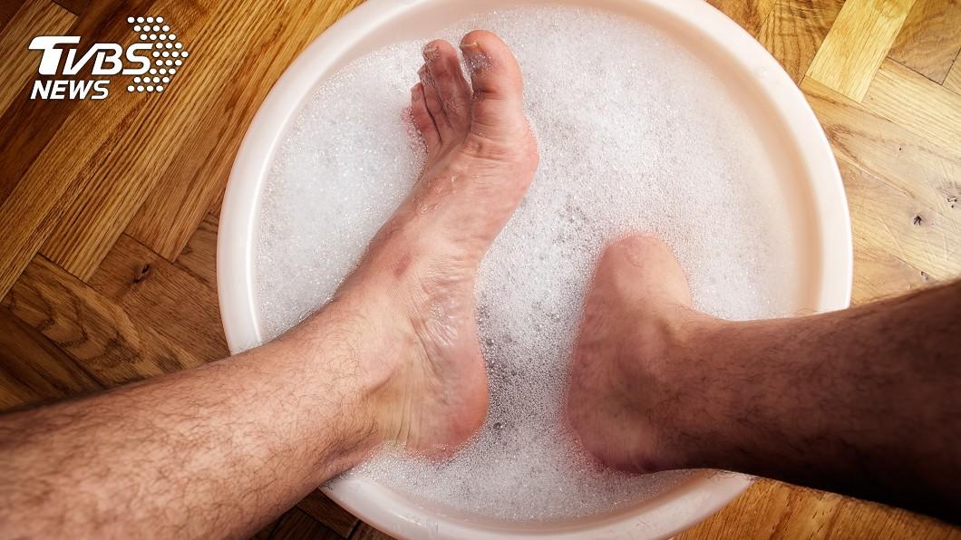 洗澡時記得清洗腳趾、腳底及腳的側面。示意圖/TVBS