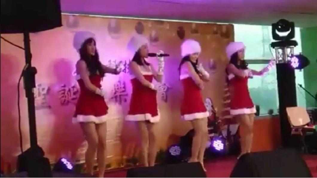 日前某間科技大廠在餐會上找來4名辣妹勁歌熱舞。(圖/翻攝自「JKF紅燈區2.0」臉書粉絲團) 科技廠餐會超嗨!4辣妹開唱就剝衣 網笑問:還缺人嗎?