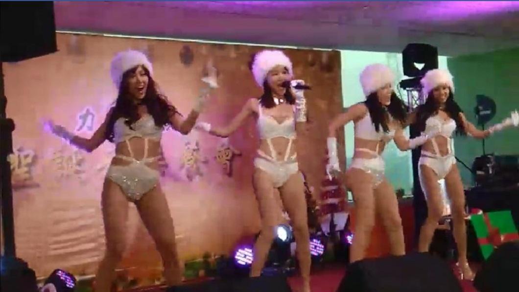 開唱沒多久,4名辣妹就放大絕讓現場氣氛超嗨。(圖/翻攝自「JKF紅燈區2.0」臉書粉絲團)