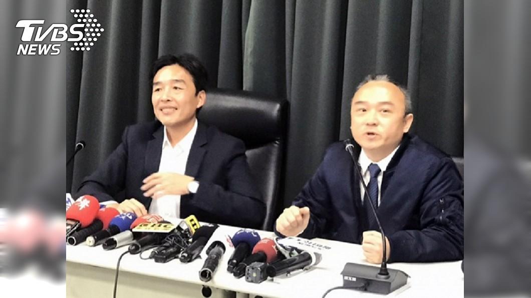 高雄市民政局長曹桓榮(左)、觀光局長潘恆旭(右)2日宣布1月3日是高雄的「鳳飛飛日」。圖/中央社 高雄搶先訂「鳳飛飛日」挨批 桃園市府:不是先喊先贏