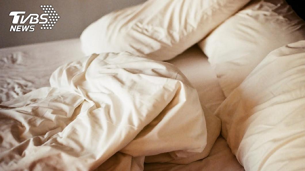 圖/TVBS 蓋厚棉被還是好冷?專家教5撇步:搖一搖就保暖
